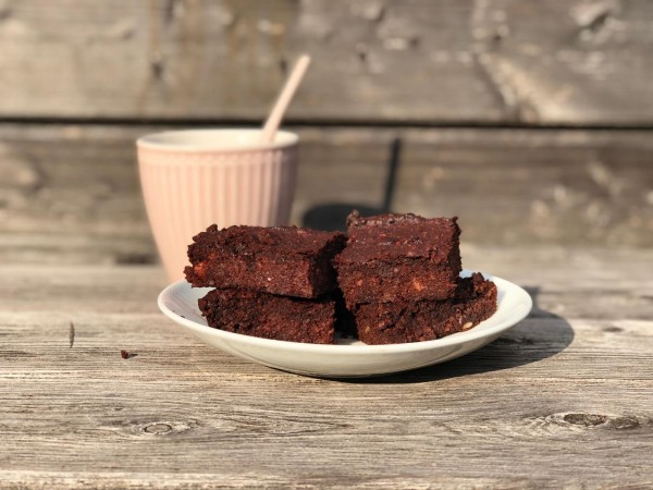 Rote-Bete-Schoko-Brownies-Paleo-auf-Holztisch