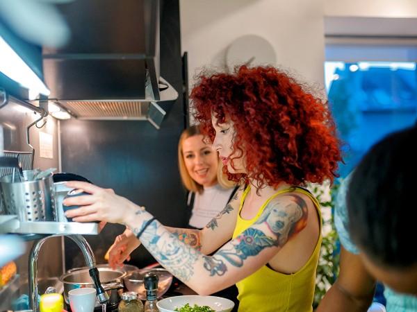 Junge-Hipster-Frau-kocht-mit-Freundin