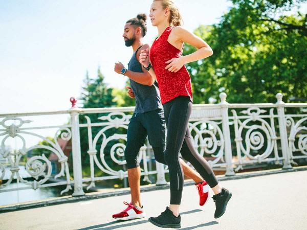 Junges-joggendes-Paar-in-der-Natur