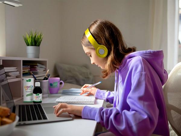Schulkind-macht-Hausaufgaben-und-hoert-Musik
