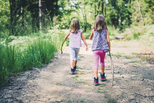 Zwei-Maedchen-wandern-im-Wald