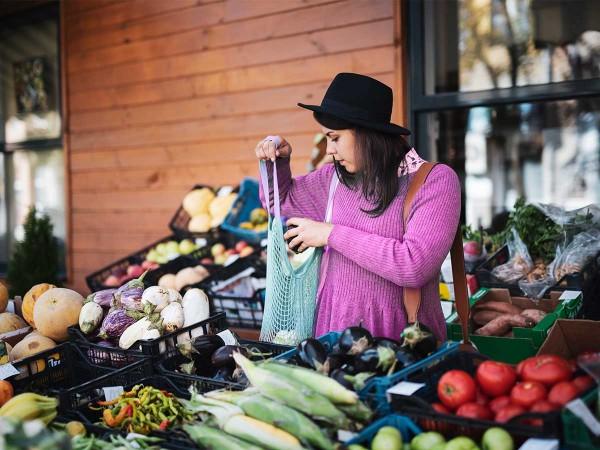 Frau-mit-Hut-auf-Gemuesemarkt