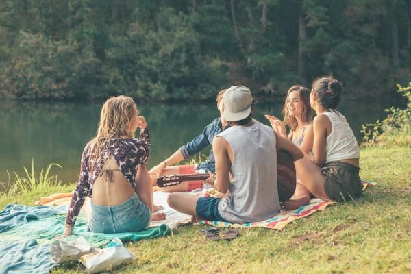 Freunde-am-See-in-der-Sonne