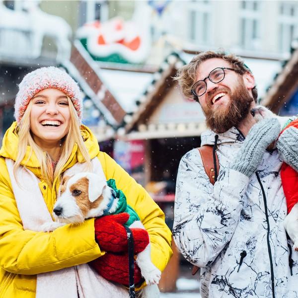 Hipster-Paar-gluecklich-am-Weihnachtsmarkt