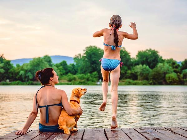 Mutter-und-Tochter-mit-Hund-am-Badesee