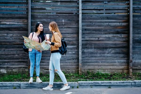 Zwei-Frauen-im-Urlaub