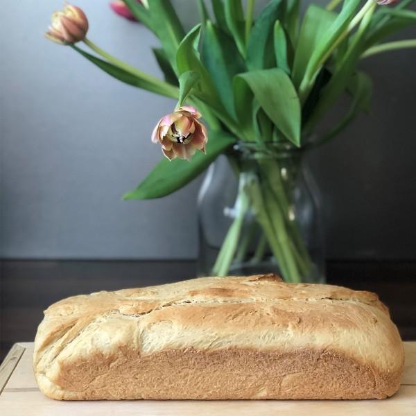 Selbstgemachtes-Toastbrot-auf-Holztisch