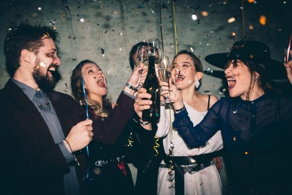 Freunde-beim-Feiern-und-Alkohol-trinken