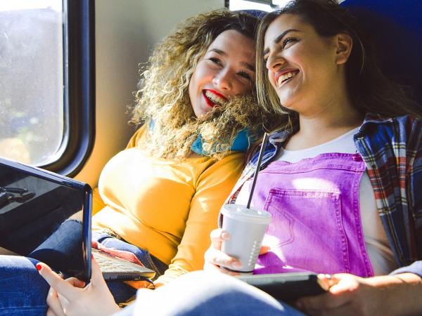 Freundinnen-im-Zug-unterwegs