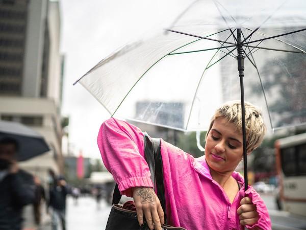 Junge-Frau-mit-Regenschirm