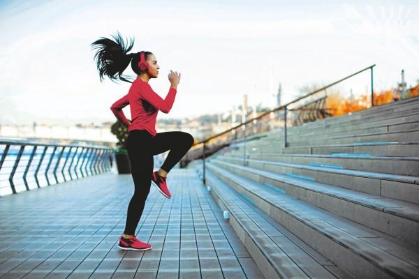 Junge-Frau-mit-pinkem-Sportoutfit-trainiert-outdoor1G7C9hQufuVGa