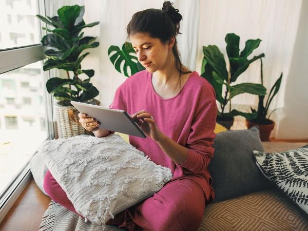 Junge-Frau-mit-pinkem-Pyjama-liegt-mit-Blasenentzuendung-im-Bett